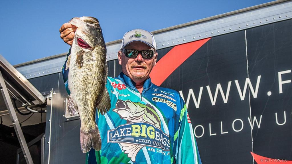 LakeBigBass.com Pro-Angler Tim Frederick holding a Harris Chain Trophy.