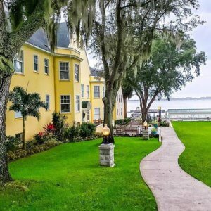 Photo of the Lakeside Inn.