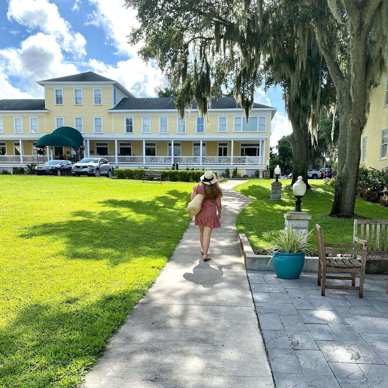 Front of Lakeside Inn
